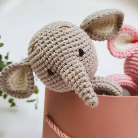 babyrassel - Download 1 450x450 - Gehäkelte Babyrassel Raffi Elefant